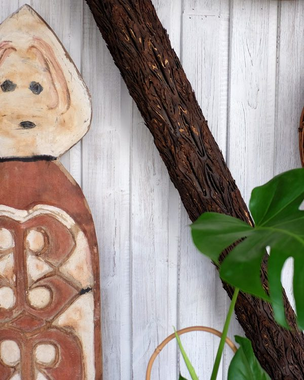 PICTURE OF A DECORATIVE LOG WITH FILAGRE DETAIL AND POLYNESIAN CARVINGS